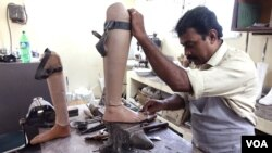 A worker is designing a prosthetic leg for a leprosy patient at the Leprosy Mission Trust India hospital, Kolkata, Sept. 20 2016. (M. Hussain/VOA)