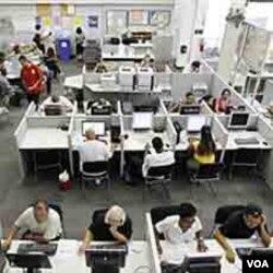 Para pencari kerja AS di kantor informasi lowongan kerja. Tingginya angka pengangguran membuat Partai Demokrat gagal menarik dukungan pemilih muda AS.