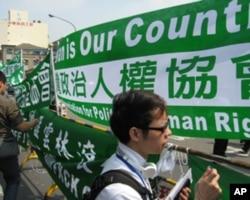 绿营反对派人士在大批警力戒护外围示威抗议