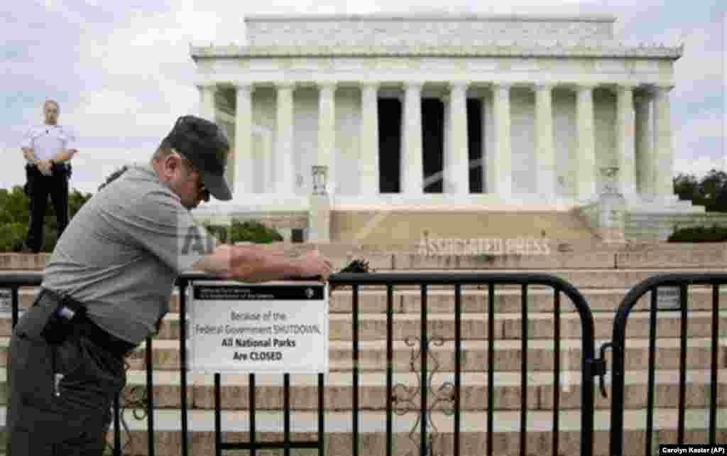 Funcionário do Parque Nacional põe aviso dizendo que o LincolnMemorial está fechado para visitação em Washington. Vários monumentos em Washington e em todo o país foram afectados pelo encerramento do governo.