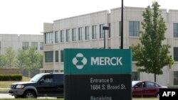 Sejumlah gedung di kompleks perkantoran perusahaan farmasi Merck di Lansdlae, Pennsylvania, 8 Juli 2002. (Foto: AFP/Arsip)