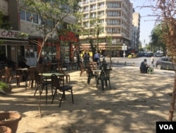 Cafes in Basmane, in Izmir, Turkey, that last year were packed with smugglers and travelers trying to get to Europe, now are almost empty as local businesses catering to refugees fail, April 6, 2016. (H. Murdock/VOA)
