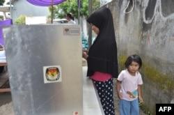 Seorang pemilih sedang melaksanakan hak pilih saat pilkada Tangerang, Banten 27 Juni 2018. (Foto: AFP)