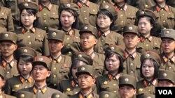 지난해 4월 북한 평양에서 열린 김일성 주석 100회 생일기념 열병식에 참석한 군인들이 정렬하고 있다. (자료사진)