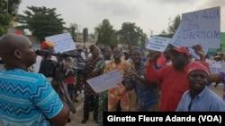 Manifestations de la société civile devant le parlement béninois, à Cotonou, au Bénin, le 26 mars 2017. (VOA/Ginette Fleure Adandé)