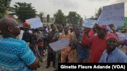 Manifestations de la société civile devant le parlement béninois, à Cotonou, au Bénin, le 26 mars 2017. (VOA/Ginette Fleure Adande)