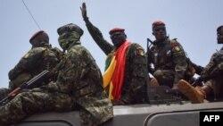 Lieutenant colonel Mamady Doumbouya (C), mokambi ya basoda babotoli bokonzi ba Guinée, na Conakry, 6 septembe 2021.