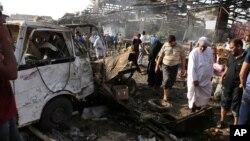 Warga memeriksa lokasi serangan bom di pasar Jameela, Baghdad (foto: dok).