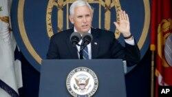 El vicepresidente de EE.UU., Mike Pence, habló en la ceremonia de graduación de la Academia Naval en Annapolis, Maryland, el viernes, 26 de mayo de 2017.