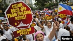 Filipinos chant anti-China slogans as they march towards the Chinese consulate in Manila's Makati financial district, May 11, 2012.