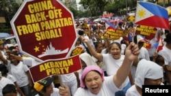 Người Philippines hô khẩu hiệu chống Trung Quốc trong cuộc biểu tình trước lãnh sự quán Trung Quốc ở quân tài chính Makati ở Manila, 11/5/2012.