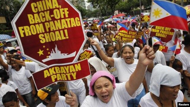 지난해 5월 필리핀 마닐라 주재 중국 영사관 앞에서 중국의 남중국해 영유권 주장에 항의해 벌어진 반중시위. (자료사진)