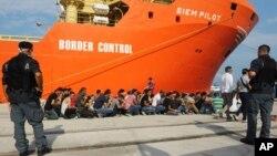Спассенные норвежским кораблем Siem Pilot мигранты в порту Реджио Калабрио, Италия. 8 августа 2015 г.
