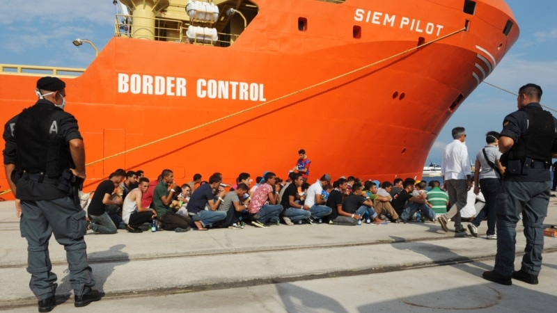 800 Rescued Migrants Arrive in Italy