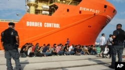 获救的移民在意大利港口下船上岸(2015年8月8日)