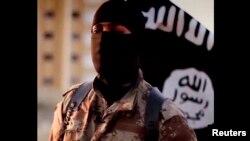 伊斯兰国组织2014年9月发布的一个视频显示一个戴着面罩的伊斯兰国武装人员在讲英语时操北美口音。美国联邦调查局寻求协助以寻找此人的信息。