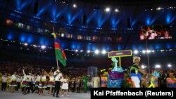 Jonas Junius, porta-bandeira da Namíbia, com a comitiva namibiana na cerimónia de abertura dos Jogos Olímpicos 2016 no Rio de Janeiro