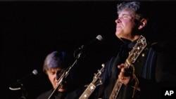 "Don Everly (kanan) dan Phil Everly yang menamakan duo mereka ""The Everly Brothers"" saat tampil di Camel Rock Casino, Pojoaque Pueblo, New Mexico, 15 Oktober 2000 (Foto: dok). Phil Everly meninggal dunia pada usia 74 tahun karena radang paru-paru, Jumat (3/1)."