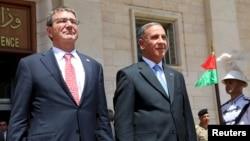 美国国防部长卡特(左)与伊拉克国防部长欧比迪在巴格达国防部出席一个欢迎仪式 (2015年7月23日)