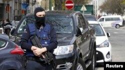 Nhân viên cảnh sát Bỉ bảo vệ trong một hoạt động của cảnh sát ở Etterbeek, gần Brussels, Bỉ, ngày 9 tháng 4 năm 2016.