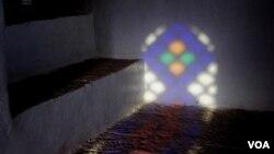 Svjetlost prodire kroz prozor na glavnom stubištu kuće Steinbeiserovih u staroj židovskoj četvrti Sane