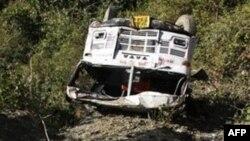 Xác chiếc xe buýt tại hiện trường nơi xảy ra tai nạn, ngày 6/1/2011