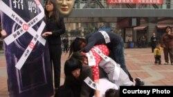 武汉大学生曾在街头举行叠罗汉的行为艺术反对就业性别歧视。 (李麦子提供)
