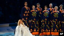 La jeune chanteuse russe handicapée Ioulia Samoïlova chante lors de la cérémonie d'ouverture des Jeux paralympiques de 2014 à Sotchi, en Russie, le vendredi 7 mars 2014.