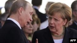 德国总理默克尔(右)和俄罗斯总统普金(左)