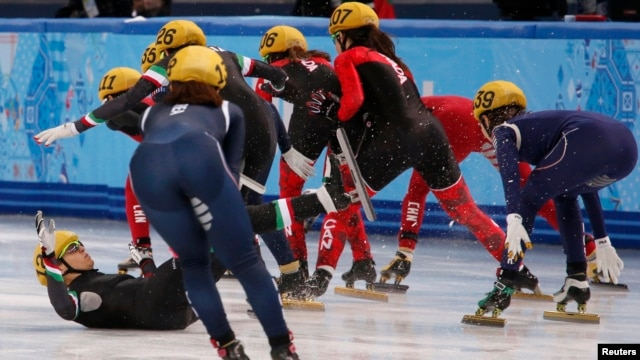 Italy's Arianna Fontana (L) falls in the women's short track speed skating relay final event at the 2014 Sochi Winter Olympics Feb. 18, 2014.