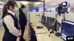 Pusat Pengendalian Penyakit Taiwan menggunakan thermal scanner untuk mengukur suhu tubuh para penumpang yang tiba dari Wuhan, pusat wabah virus Corona, 13 Januari 2020. (Foto: AFP)