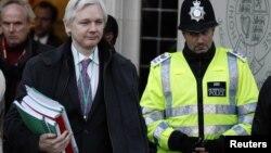 Osnivač Vikiliksa Džulijan Asanž napušta Vrhovni sud u Londonu, 1. februar 2012