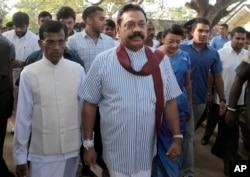 Cựu tổng thống Sri Lanka Mahinda Rajapaksa đến một điểm bầu cử ở Tangalle để bỏ phiếu cho cuộc bầu cử tổng thống 8/1/2015.