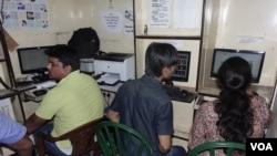 Sebuah kafe internet di Kolkata. Banyak anak muda India yang menyaksikan pornografi di tempat-tempat seperti ini (Foto: VOA/Shaikh Azizur Rahman)
