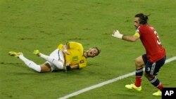 Umukinnyi Neymar wa Bresil amaze kuvunika arambaraye hasi mu kibuga