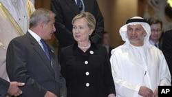 Sakatariyar harkokin wajen Amurka Hillary Clinton daga tsakiya take tattaunawa da ministan harkokin wajen Jordan daga hagu,da na hadaddiyar daular larabawa daga hanun dama.