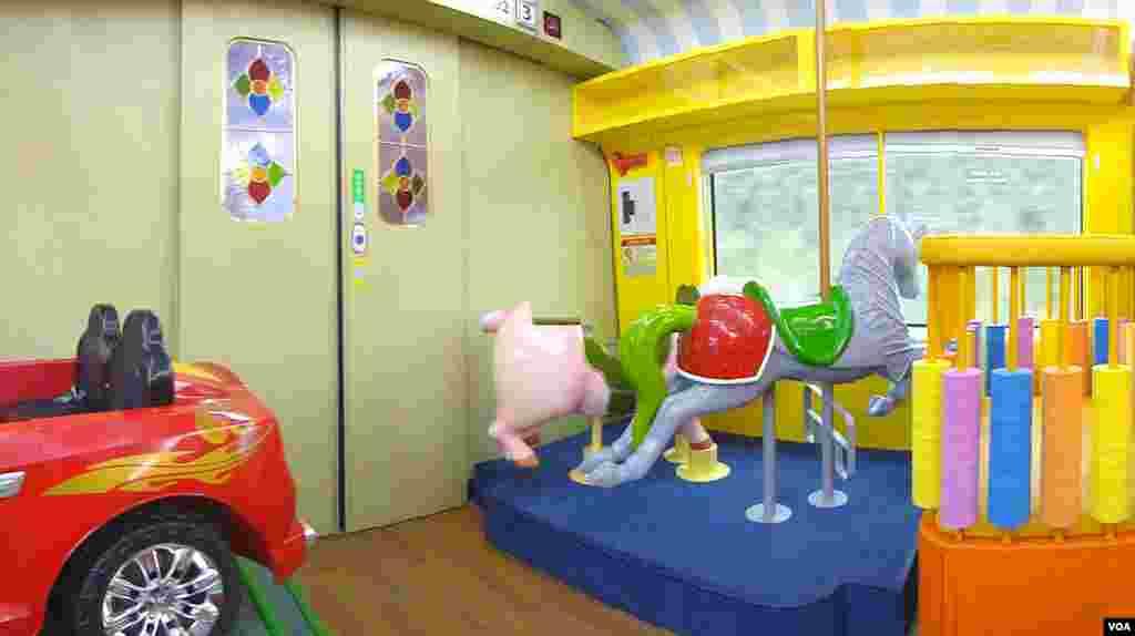 Areal permainan anak-anak dalam salah satu gerbong Kereta-O. (VOA/R. Kalden)