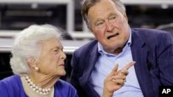 Джордж Буш-старший з дружиною Барбарою Буш