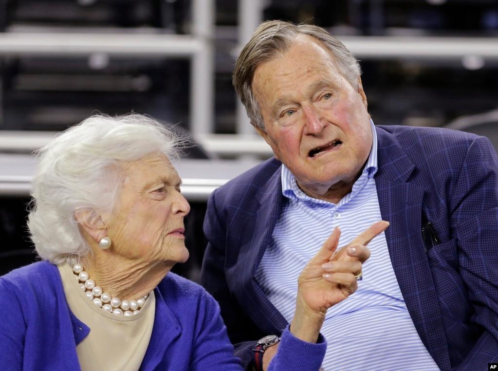 美國前總統老布什和夫人芭芭拉·布什在休斯頓看球賽(2015年3月29日)。 2018年,老布什已經93歲高齡,近年來健康狀況不佳。 老布什夫婦今年1月剛剛慶祝了結婚73週年紀念日,這使得他們成為美國歷史上婚齡最長的總統夫婦。