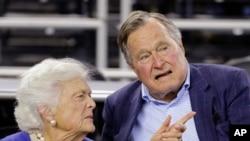 Tư liệu: Cựu TT George H.W. Bush và phu nhân, Barbara Bush, dự một cuộc tranh tài bóng rổ ở Houston, Texas, ngày 29/3/2015.