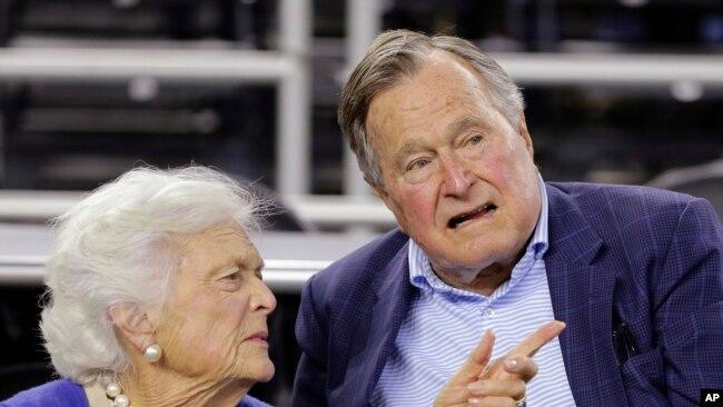 El ex presidente George H.W. Bush y su esposa Barbara Bush, son vistos en un juego de básquetbol universitario en Houston, Texas, el 29 de marzo, de 2015.