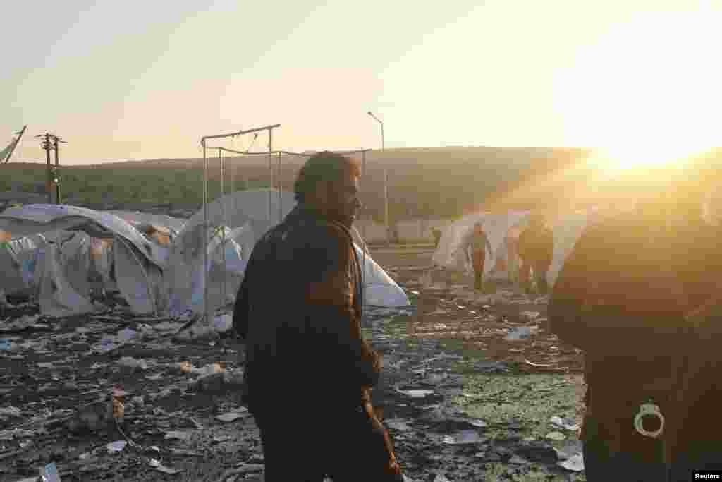 26일 시리아-터키 접경 지역 이들리브에 정부군의 포격 이 있은 후, 난민 텐트로 피난한 주민들과 반정부군.