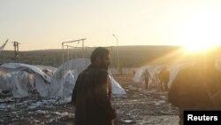 居民和叙利亚自由军在遭到轰击的土耳其边境附近叙利亚难民营