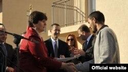 Ministarka rada i socijalnog staranja Zorica Kovačević uručuje ključeve predstavnicima romskih porodica (rtcg.me)