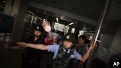지난 5월 취재 현장의 언론인들을 막아선 베이징 공안들.