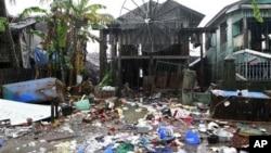 Nhà cửa trong thủ phủ Sittwe, bang Rakhine của Miến Điện, hư hại trong vụ bạo động hồi tháng 6