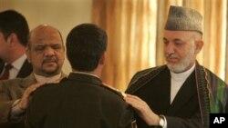 卡尔扎伊(右)周六在晋升阿富汗安全部队官员的仪式上