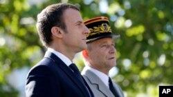 L'ex-chef d'état-major des armées françaises, Pierre de Villiers, à droite, et le président français Emmanuel Macron lors de la fête nationale de la France, aux champs Elysées, Paris, 14 juillet 2017.
