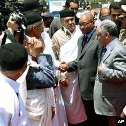 Le président Zuma à son arrivée à l'aéroport de Tripoli