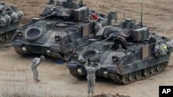 Сеул и Вашингтон тврдат дека воената вежба по природа е чисто дефанзивна: американски војници на вежбата од 2013-та година